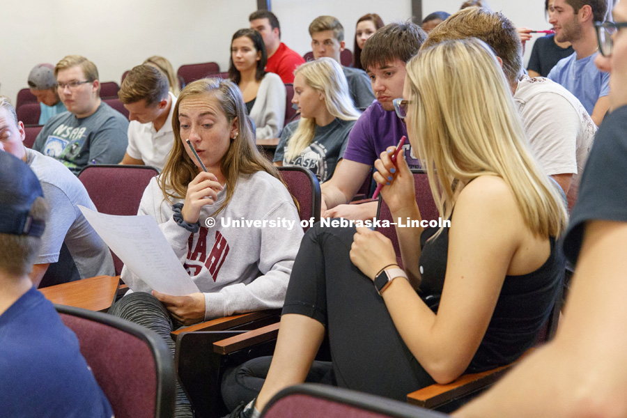 Sociology Professor Phil Schwadel's SOCI 201 - Social Problems class does group projects trying to budget for various incomes, family sizes and cities. August 31, 2017. Photo by Craig Chandler / University Communication.