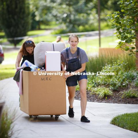 Abigail Horner and her mom, Jo, move her belongings into her Massengale Residential Center room. Residence Hall move-in. August 16, 2018. Photo by Craig Chandler / University Communication.