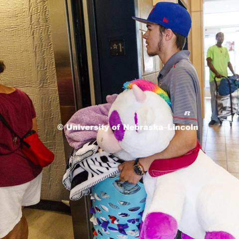 Austin Infante helps his girlfriend, Kaitlyn Heisler, of Omaha, move into her Smith Hall room. Residence Hall move-in. August 16, 2018. Photo by Craig Chandler / University Communication.